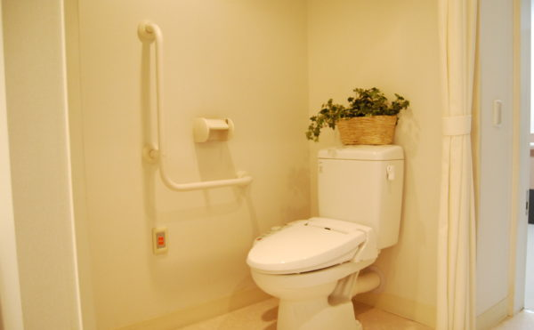 トイレ 清潔感のある広いトイレには手すりをL型に配置して安心して利用できるように配慮しています。(ベストライフ静岡)