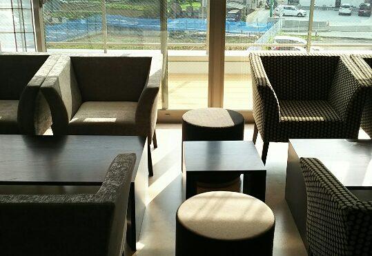 共用スペース 全面ガラスの窓が開放感抜群で座りやすいイスやテーブルセットが配置されています。(ココファミリア沼津)