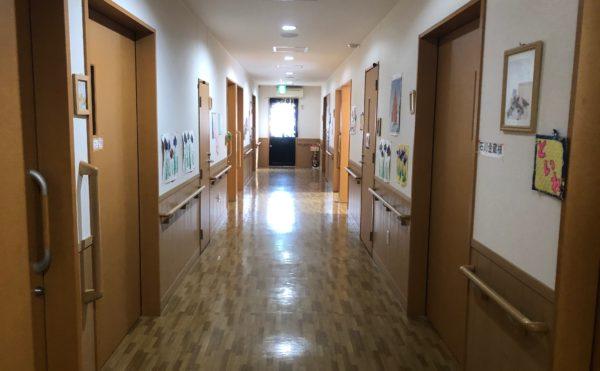 廊下 広い廊下には両側に手すりが設置されていて安心して移動する事が出来ます。(ツクイ静岡川合グループホーム)