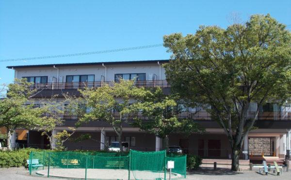 外観③ 玄関と反対側の建物を公園より撮影している外観になります。木々など植物が建物と調和しています。(glad 下川原)