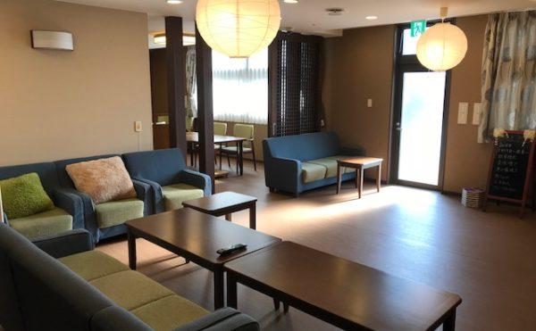 リビングスペース くつろぎのスペースとして和モダンの空間にはソファーセットが設置されています。(アンサンブル浜松尾野)