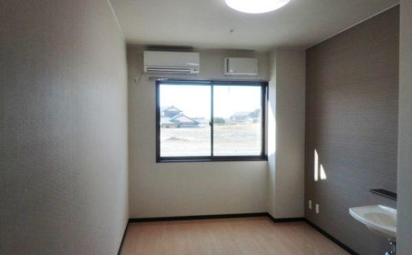 掛川市のグループホーム ケアクオリティ 和みの詩のお部屋は、シンプルな室内になりますが、エアコン・洗面と機能的に配置されています。
