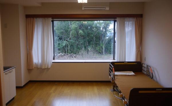 個室A 壁から壁までいっぱいに配置された大きな窓が開放的で毎日を楽しく過ごす事が出来ます。(あい湖)