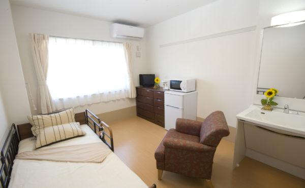 居室 大きな窓が設置されていて開放感のある居室になっています。一体スペースに洗面も装備。(アイケア おおるり上島)