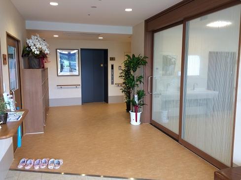 エントランス エントランスホールには観葉植物など植物もあり、訪れる人を温かく迎えます。(アイケアおおるり西美薗)