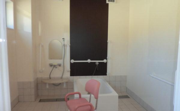 浴室 清潔感を保ち、機能的に利用しやすいように手すりなど配置されています。(グループホーム ケアクオリティ 和みの詩)