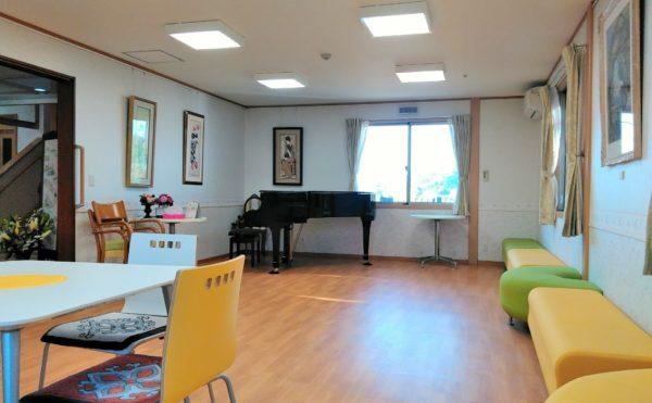 リビング居間スペース 広くて明るいリビングにはソファーとピアノが設置されています。(グランマ「ハノン」&「カノン」)
