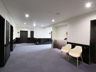 廊下 ダークな仕上げ材を使用し落ち着いた雰囲気の廊下で、手すりなどきちんと設置されています。(ココファミリア沼津)