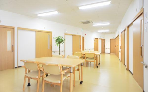 談話スペース 居室と居室の間には大きな空間があり、入居者様は談笑したり楽しむことが出来ます。(ウィル名塚 おもてなしの郷)