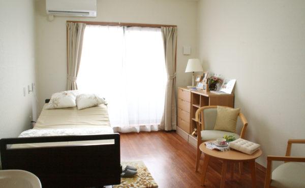 沼津市の介護有料老人ホーム ベストライフ沼津のお部屋は大きな窓が特徴的で明るく開放的な空間で毎日気持ちよく過ごす事が出来ます。