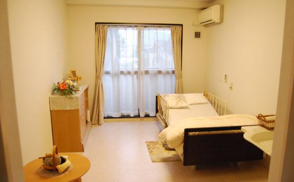 大きな窓が設置されていて開放的で明るい空間の居室。(ベストライフ静岡)