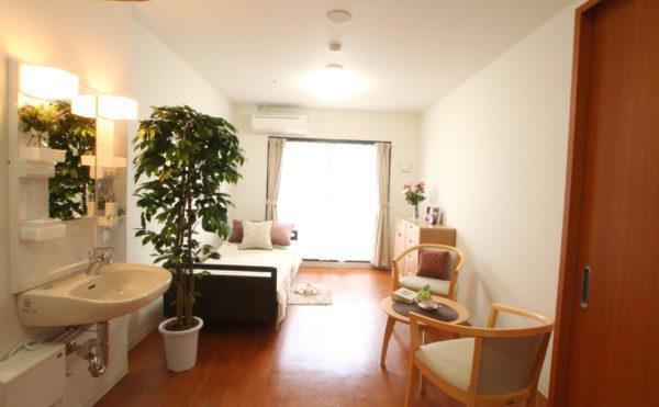 居室(モデルルーム) 大きな窓が配置され明るく開放的な居室で毎日が穏やかに過ごすことが出来ます。(ベストライフ富士)