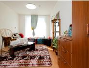 モデルルーム 落ち着いた内装で家具も配置されています。ゆったりとした約11畳の洋室です。(ラ・ナシカ三保の松原)