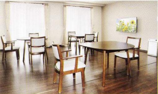 食堂 大きな窓が配置されていて、開放感のある明るい食堂で毎日楽しく食事を取る事が出来ます。(グループホームつどい)