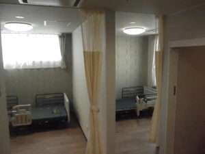 多床室は壁で分かれています