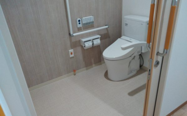 トイレです!ナースコールも下に付いており、何かあった場合でも安心ですね!