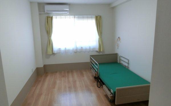 白を基調としたモダンな雰囲気の居室で18㎡とゆったりした広さです。(マ・メゾン三島エスプリーブル)