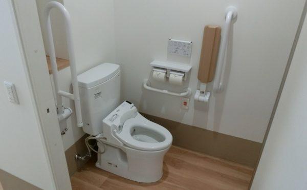 居室にトイレあります。手すりも備え付けで安心です。