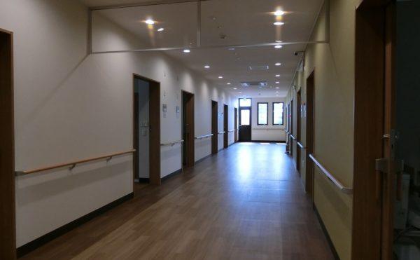廊下は幅広く作られています。