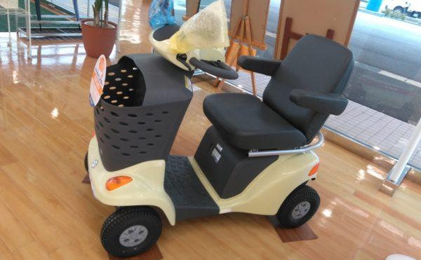 【日本全国で高齢者の交通事故の話題が多い昨今ですが、最近話題の高齢者向けの乗り物(シニアカー)を浜松市内の某所で見て触って説明を聞きパンフレットをもらってきました^^V】