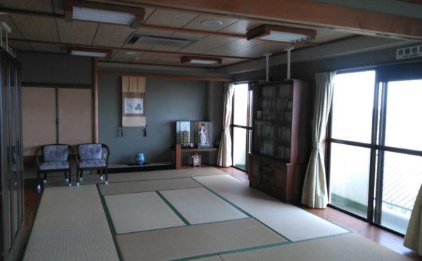 フルオブライフ砂丘の談笑スペースは畳となっており、ゆったりとくつろぐことができます。天気が良いと窓から富士山が見られます。