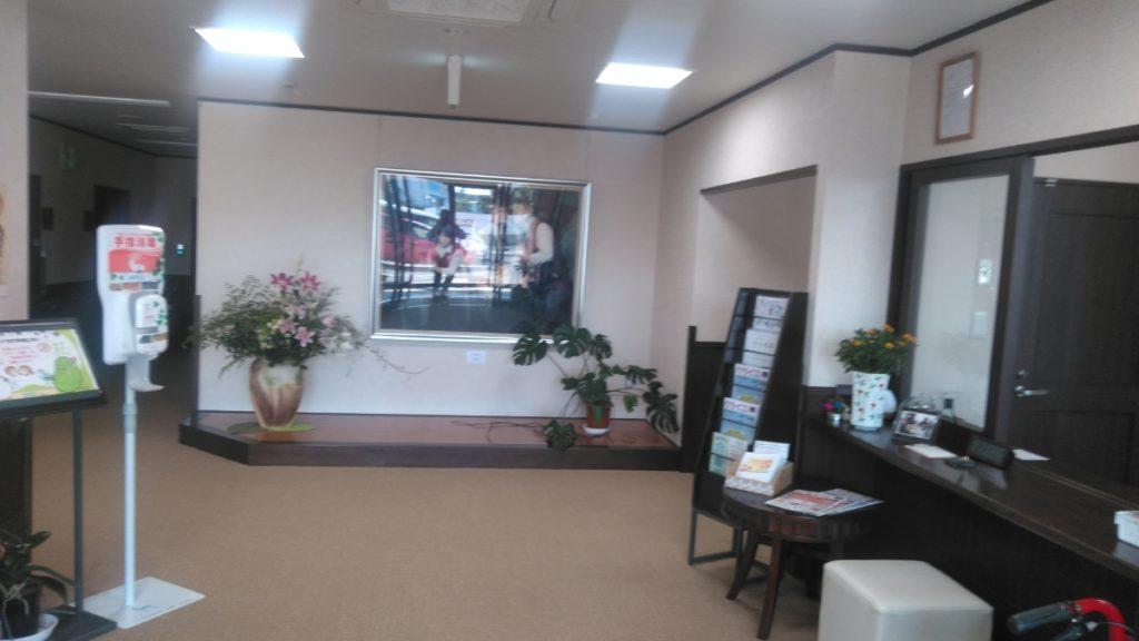 浜松生楽館のエントランスは開放的で広く、バリアフリーを考慮して極力段差を無くし自動ドアとなっているため、車椅子の方やお身体が不自由な方でも安心して老人ホームへの出入りができる作りとなっています。
