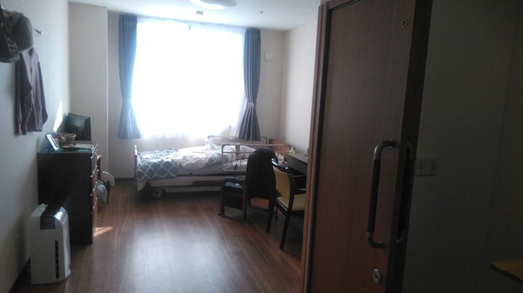 浜松生楽館のお一人様専用の個室は、大きな窓から日の入る明るいお部屋となっており、大きすぎず狭すぎない大きさの部屋となっており、家具などを設置しても生活をするのに圧迫感などがない作りとなっております。ドアもスライド式のため車イスの方でもご利用しやすい作りとなっております。