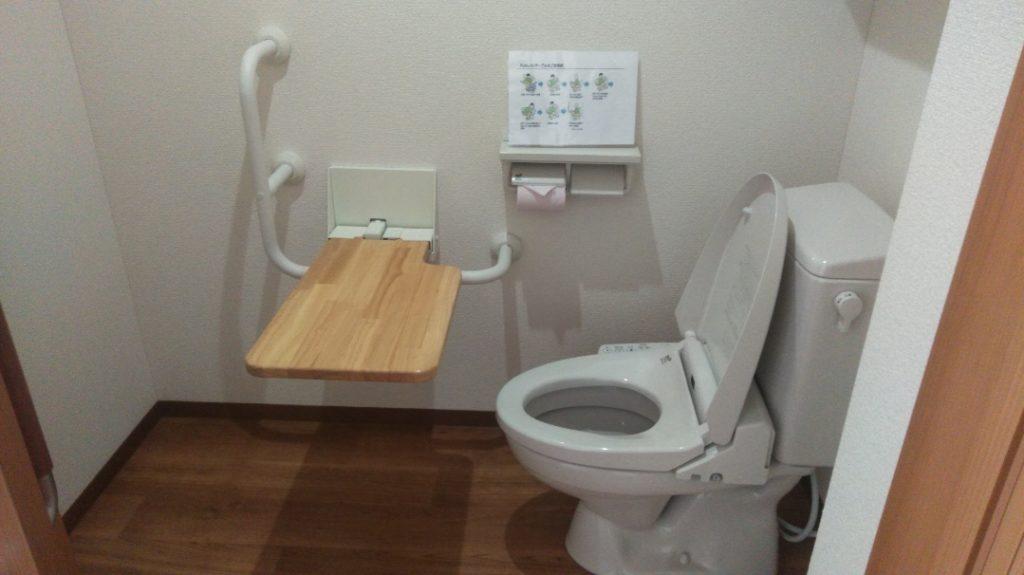浜松生楽館の居室にはトイレが併設されており、スライド式のドアは広く車椅子の方でも入りやすく、手すりも付いているため座る際や立つ際にも安心した作りとなっております。