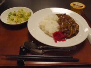 ミモザ熱海湯庵で提供されているお昼ごはん。カレーライスは野菜の甘さとたっぷりのひき肉入りで量も十分。サラダとデザートのゼリー付で味も量も満足のメニューです。