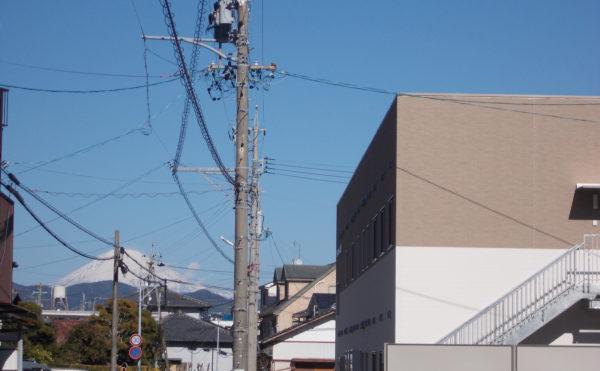 建物の向こうには富士山が見えます。