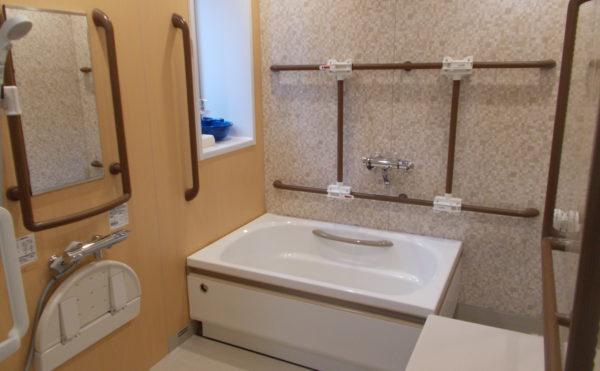 身体状況に合わせて、浴槽や手すりを動かす事が出来ます