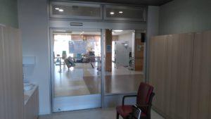 「クオリティリビングシンフォニー」の風除室。広い自動ドアで車いすでの移動も楽に通ることができます。