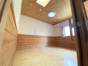 「ランの郷」の居室の一例。天井や壁の一部には木材を使用し、木目が活かされた自然で明るい雰囲気のお部屋です。