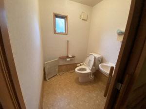 広々としたトイレ。車いすでも十分入れるスペースがあります。
