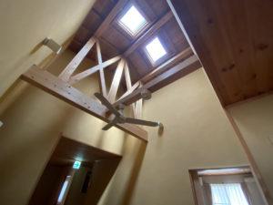 天窓のある居室。天井も高く、日光も入るので昼間は自然の光でも明るく過ごせます。
