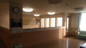 「やすらぎの郷 見付」の談話スペースと共有スペースには大きな窓があり、明るい日光が差す開放的な空間になっています。