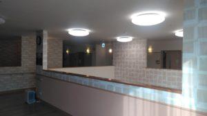 「やすらぎの郷 見付」の施設内の天井。快適な明るさを保てる十分な数の照明が取り付けられています。