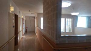 「やすらぎの郷 見付」の施設内通路は両側に手すりが設置され、スペースも十分です。