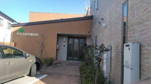 「やすらぎの郷 見付」の施設玄関。玄関前には駐車スペースがあります。