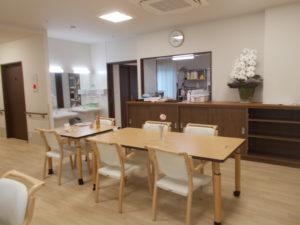 明るく清潔感のある食堂。スペースも充分でゆったりと食事を楽しめる雰囲気です。