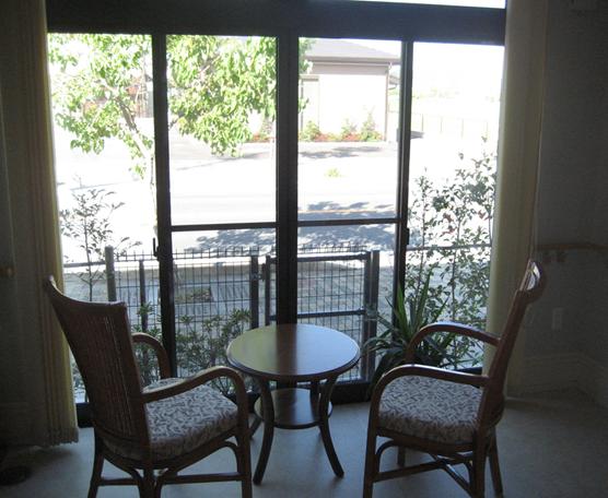 柔らかい日差しの入るリビングでは日向ぼっこをしながらお茶を飲むことができる袋井市のライフケア月見の里