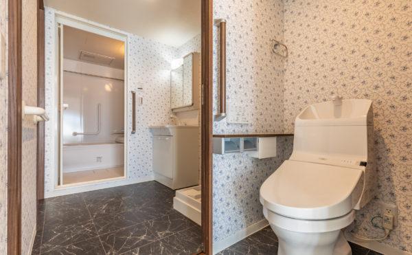 バス・トイレ・洗面付き。洗濯機の設置スペースもございます。