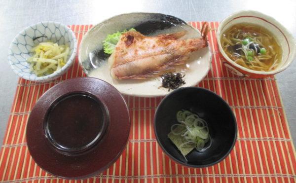 バランスが取れた美味しい食事です。月3回以上、お刺身等の海の幸をお楽しみいただけます。