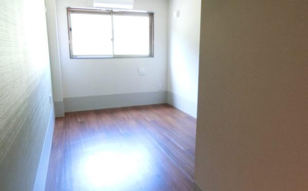 落ち着いた色調の居室です。