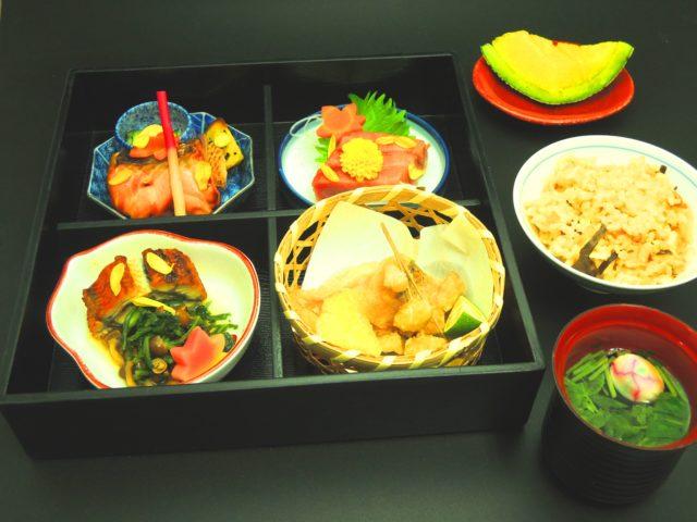 介護付き有料老人ホーム庵原屋日和館さんは以前は料亭。季節や行事に適した素材・調理方法・食器・盛り付けなど、100 年受け継いできた老舗料亭の食に対するこだわりを感じていただけます。