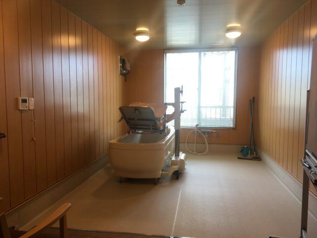 清潔感と木のぬくもりが感じられる浴槽(静岡県磐田市のサービス付き高齢者向け住宅 やすらぎの郷見付)