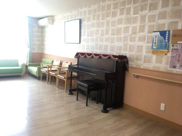 談話スペースにはピアノが飾られています。(静岡県磐田市のサービス付き高齢者向け住宅 やすらぎの郷見付)