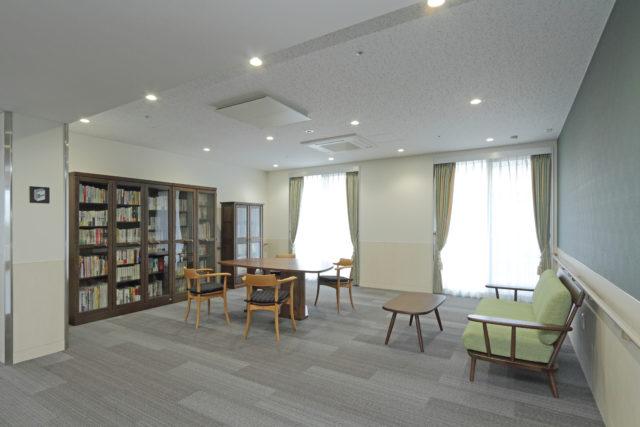 ブックルーム(図書館)もあり、読書から書き物まで様々な利用が可能です。(シャトー高岡)