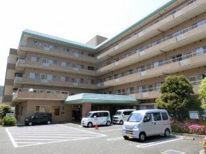 静岡県富士市の介護付き有料老人ホーム ツクイ・サンシャイン富士は窓の多い開放的な印象の建物で、雰囲気通りの自由度が高く在宅のような生活を送れる施設となっています。
