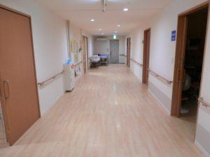 一直線の広い廊下の両側に手すりが設置され安心して移動する事が出来ます。(クローバーライフ富士)